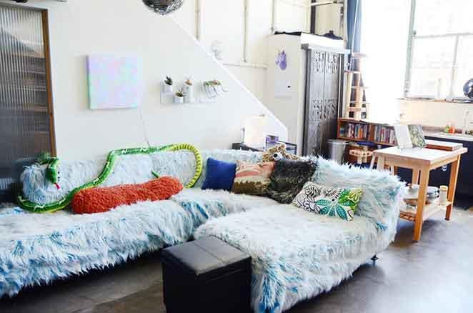 decoracao-divertida-sala-de-estar-sofa-fofinho