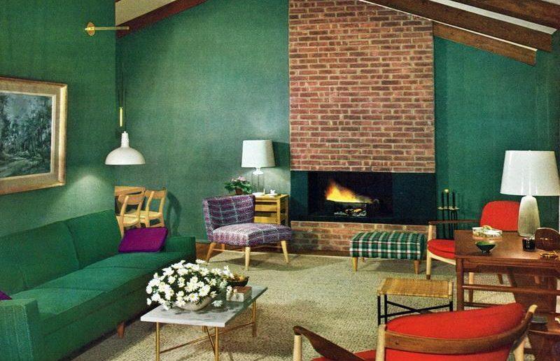 Sala de estar de uma casa anos 50, com móveis pé palito.