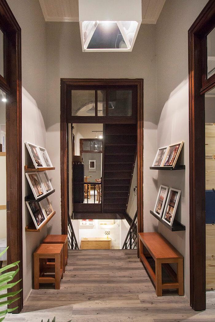 Hall de entrada da Casa MMM, mostrando escadas internas