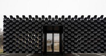 Assentos de plástico preto cobrem a fachada frontal de cima a baixo