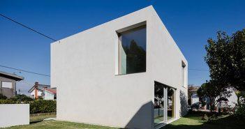 Vista de duas fachadas da casa em formato de cubo