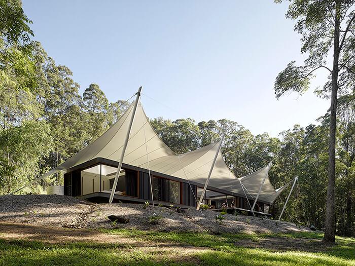 Tent House: pavilhão preto com cobertura branca na Austrália