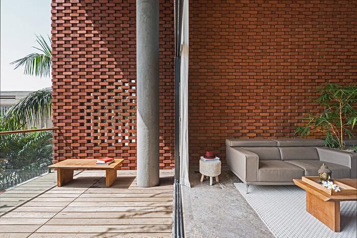 Nas laterais da sala, as paredes de vidro garantem a visão do exterior a quem está dentro da casa