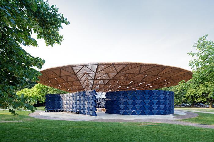 Serpentine Pavilion 2017: vista externa revela paredes arredondadas e cobertura inclinada