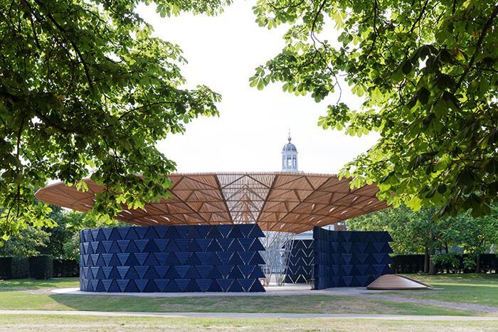 Serpentine Pavilion 2017: vista de uma das aberturas entre as paredes de blocos de madeira