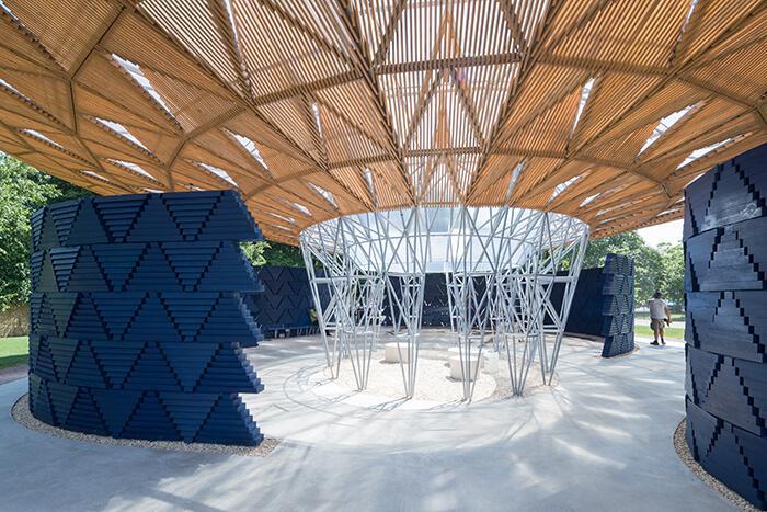 Serpentine Pavilion 2017: vista do óculo por onde a água da chuva escorre da cobertura para o solo.