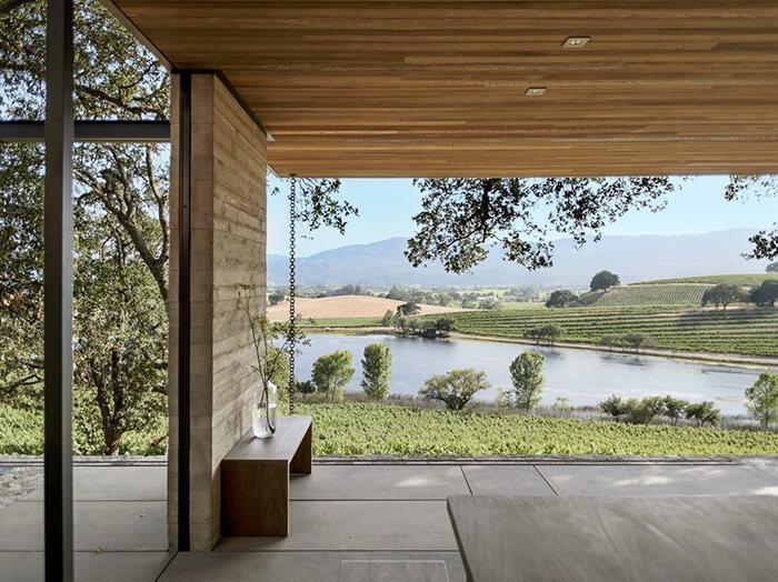 Sob o beiral do Quintessa Pavilion avistam-se o rio e as videiras