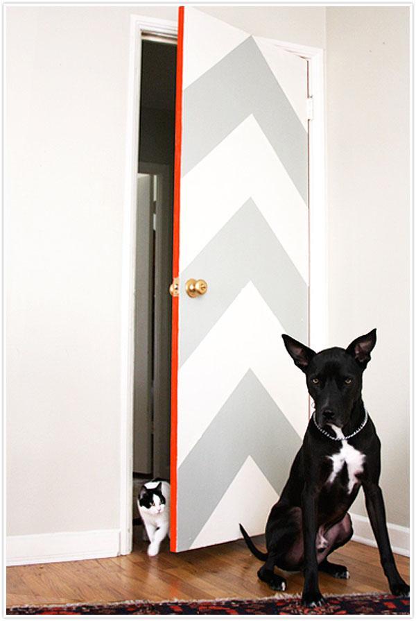 decorando portas: porta com chevron e detalhe colorido