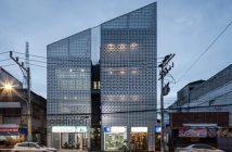 Fachada de edifício de uso misto na Tailândia. Projeto de Ekar Architects