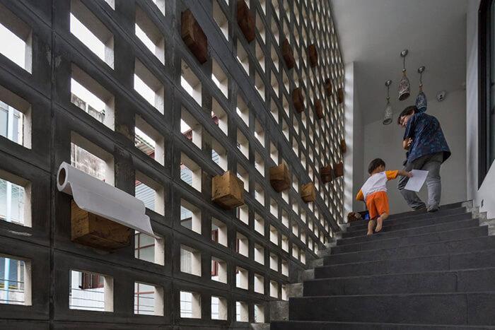 Rente à fachada vazada, a escada é naturalmente iluminada em prédio do Ekar Architects