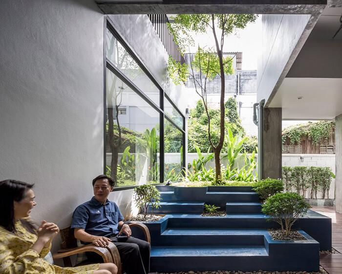 Pátio ajardinado em prédio de uso misto na Tailândia