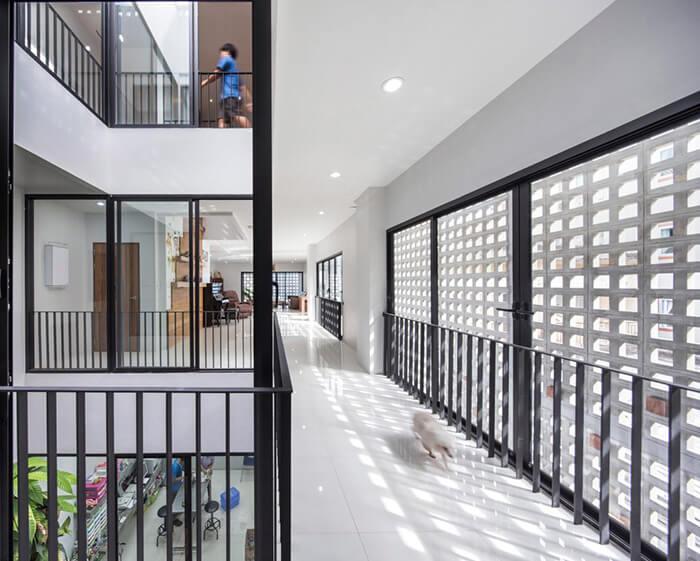 Interior de prédio de uso misto construído na Tailândia pelo Ekar Architects