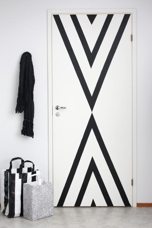 decorando portas: porta com desenho geométrico de fita