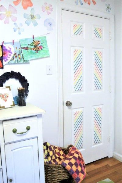 decorando portas: porta com linhas coloridas