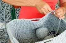 Mulher produzindo cesto de crochê