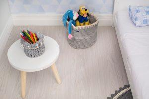 Cesto grande usado para guardar brinquedos no quarto infantil e cesto de croche menor usado para colocar lapis
