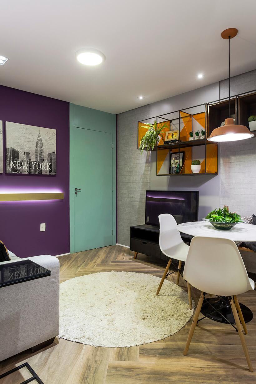 A estante e o papel de parede imitando tijolinho tornam a parede visualmente mais longa. Veja na continuação deste post mais detalhes do projeto de Marcy Ricciardi.