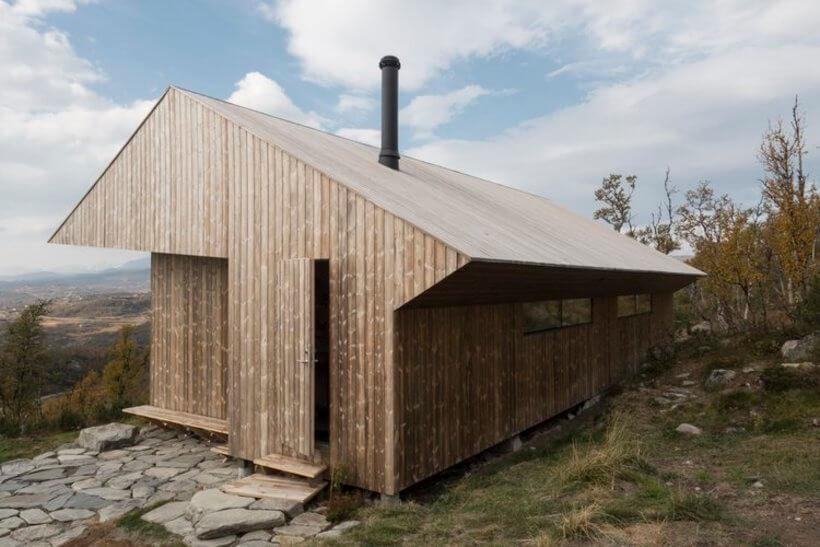 Cabana de madeira construída em local deserto