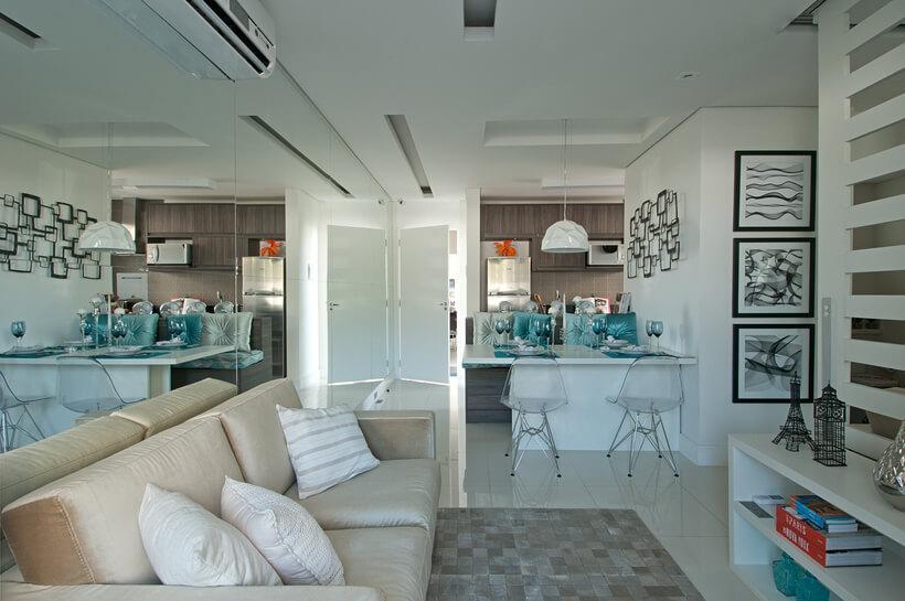 O espelho duplica a sala clarinha integrada à cozinha. Veja na continuação deste post mais detalhes do projeto de Adriana Fontana.
