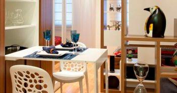 Sala pequena com mesa dobrável