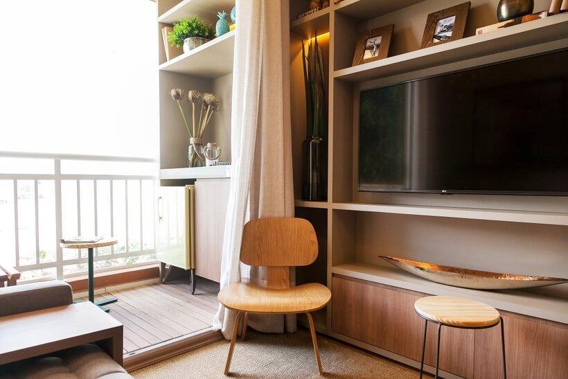 sala com varanda sem porta e bancos fazendo as vezes de mesa