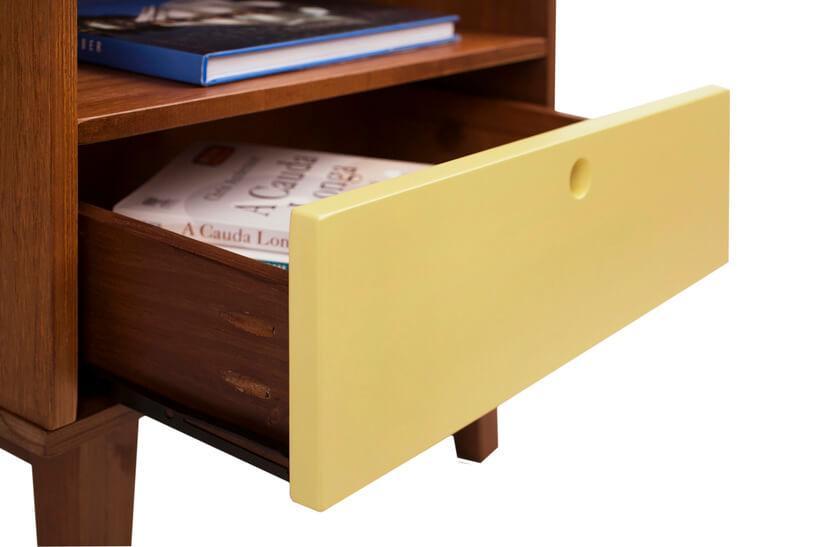 gaveta colorida de móvel com corrediça de madeira
