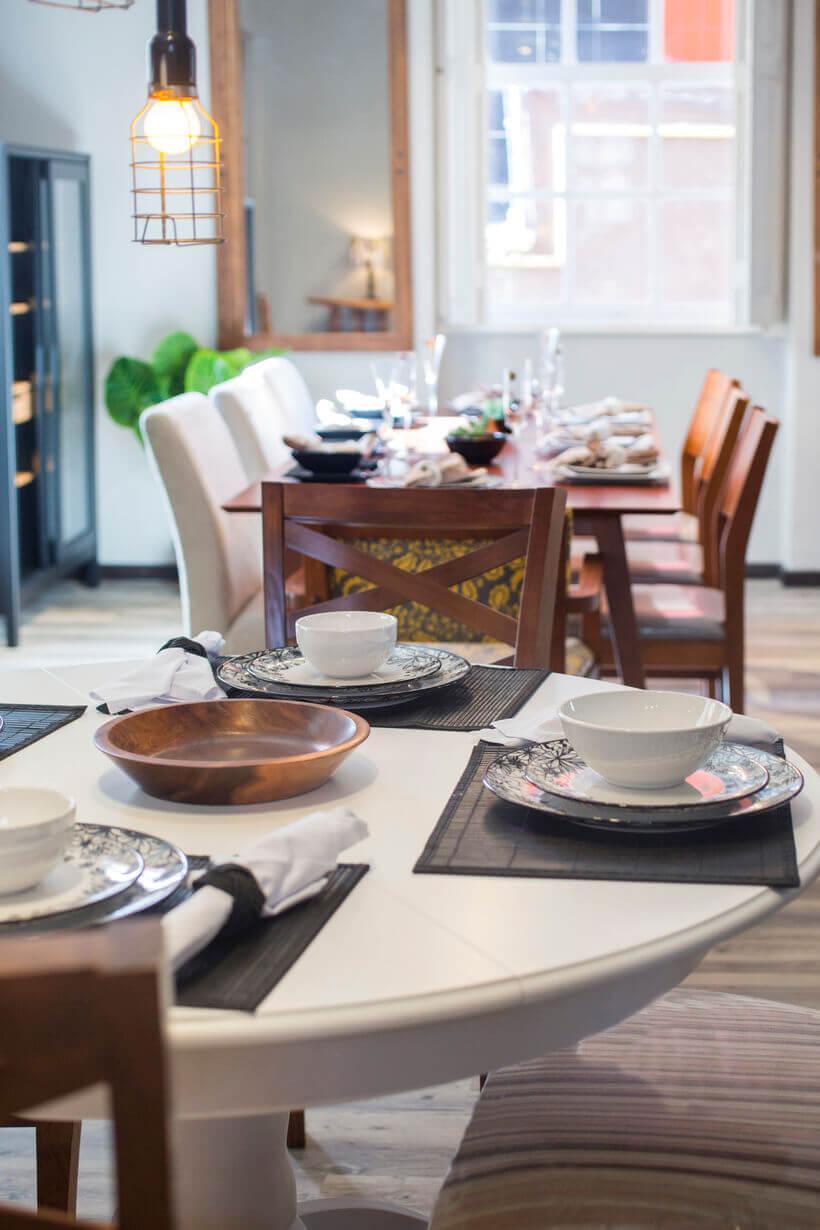 mesas de jantar de diferentes tipos de madeira