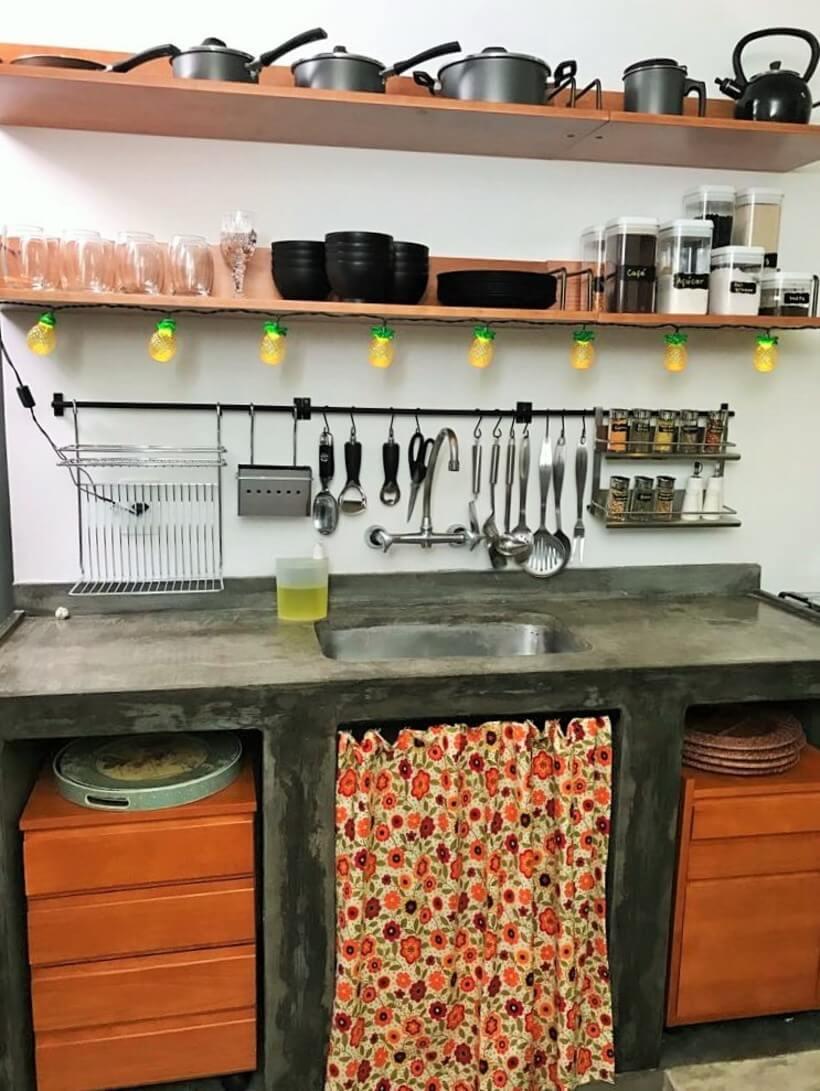 Cozinha da Mary no estilo industrial com gaveteiros no balcão