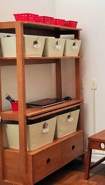 Escrivaninha estante com cestos organizadores