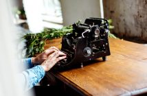 máquina de escrever analogica com alguem digitando