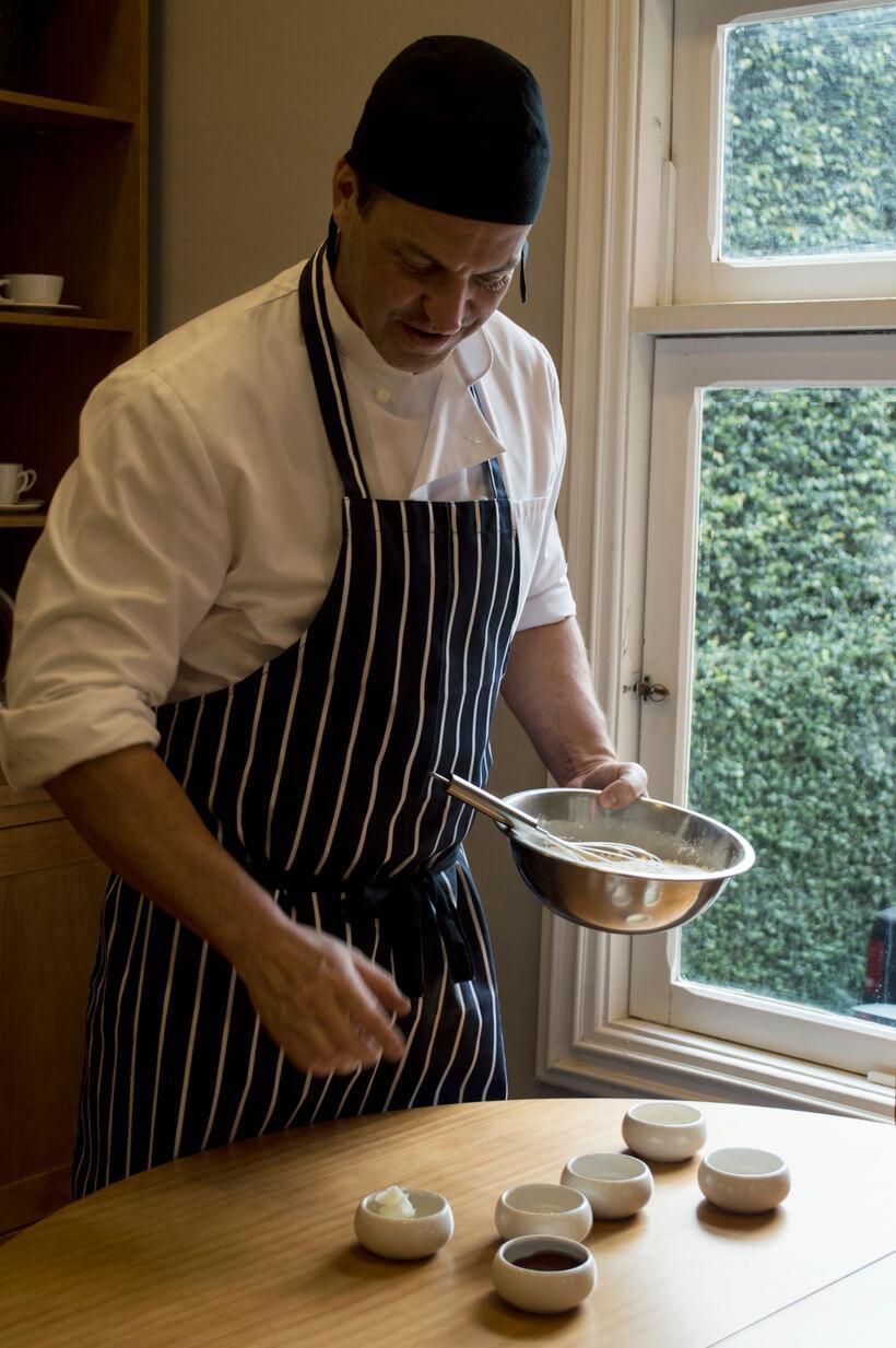 chef dudu crema preparando a receita de pao de cacau