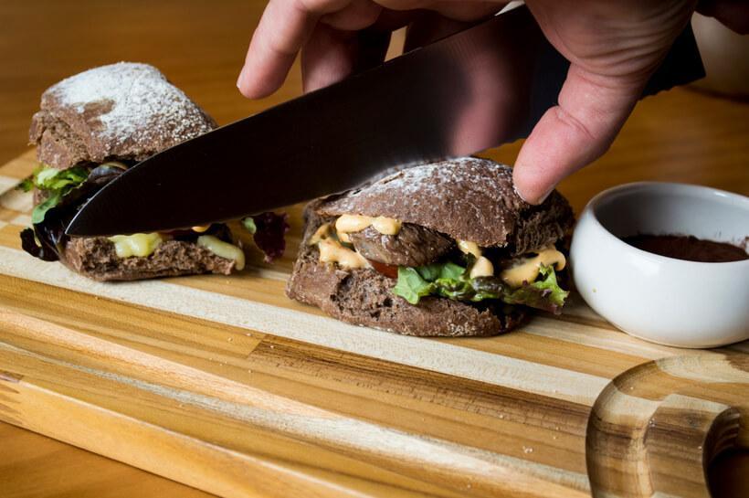 pão de cacau usado como hamburguer