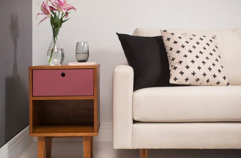 Sala de estar com criado-mudo na cor rosa malva
