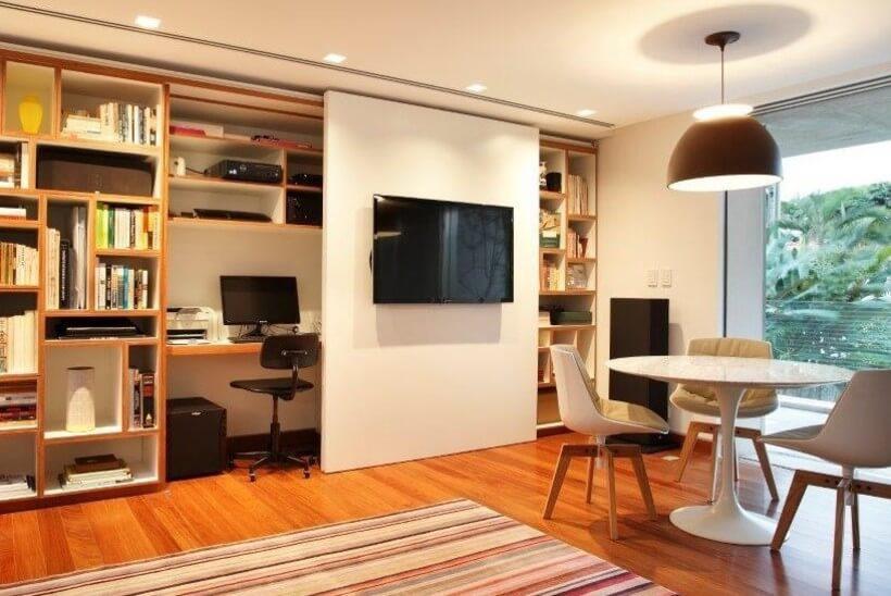 escritório na estante na sala de estar