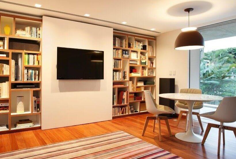 escritório em sala de estar com estante cobrindo