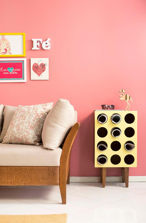 sala de estar com parede rosa
