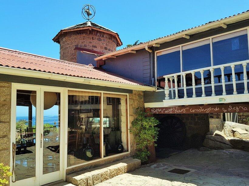 """Casa de Isla Negra. É a mais espalhada no terreno, comprida e estreita: """"Como o Chile"""", dizia o poeta."""