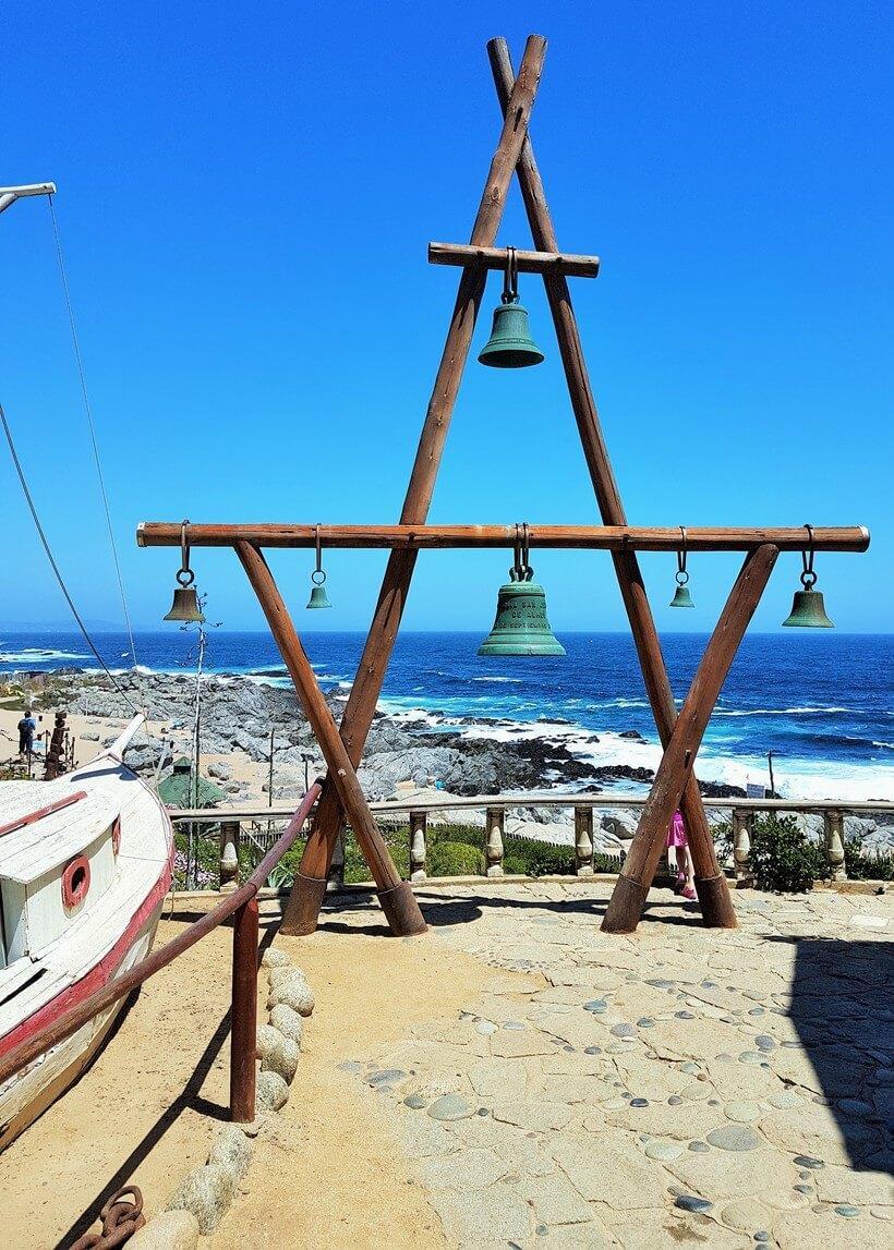 Em Isla Negra, Neruda corria para tocar o sino e assim avisar os vizinhos de sua chegada. O poeta gostava de beber com os amigos dentro do barco – em terra bem firme!