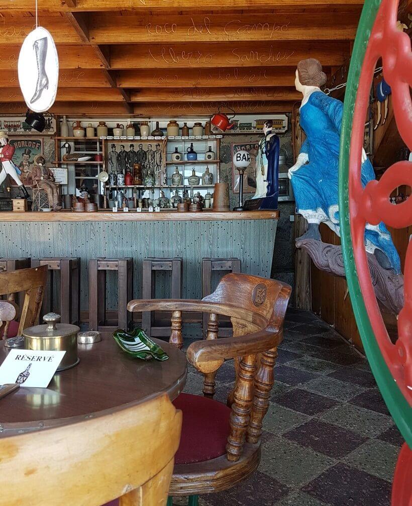 Detalhe do balcão do bar. Notou as palavras gravadas no madeiramento do forro? São nomes de alguns dos amigos que frequentavam a casa