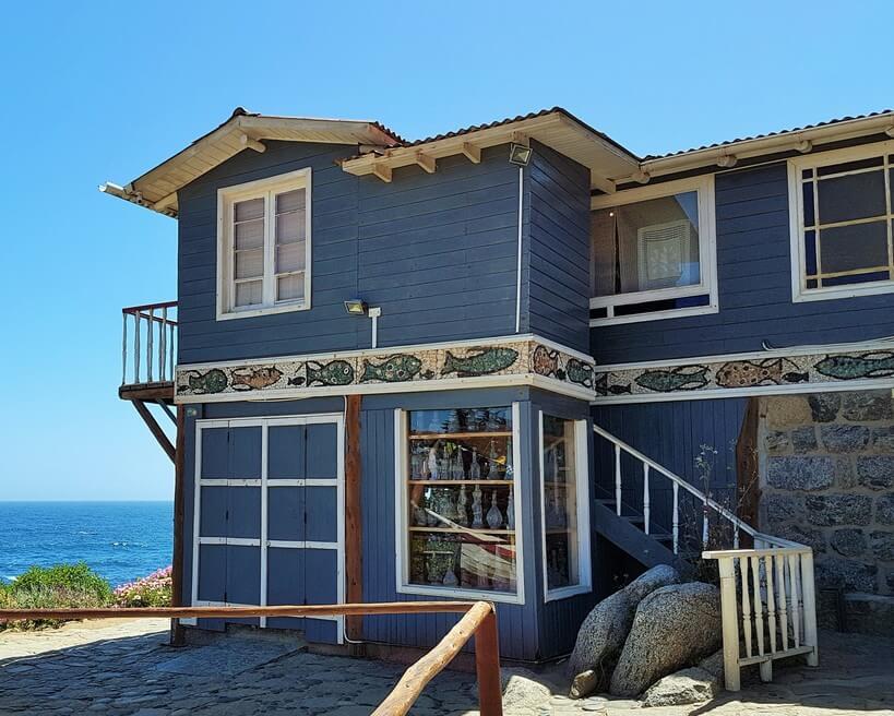 Parte da fachada da Casa de Isla Negra, com a coleção de garrafas em evidência