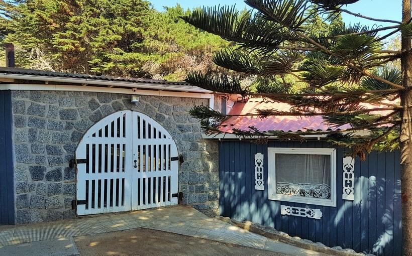 O bloco com parede de pedras e porta de estábulo foi construído na Casa de Isla Negra para receber a escultura de um cavalo em tamanho natural
