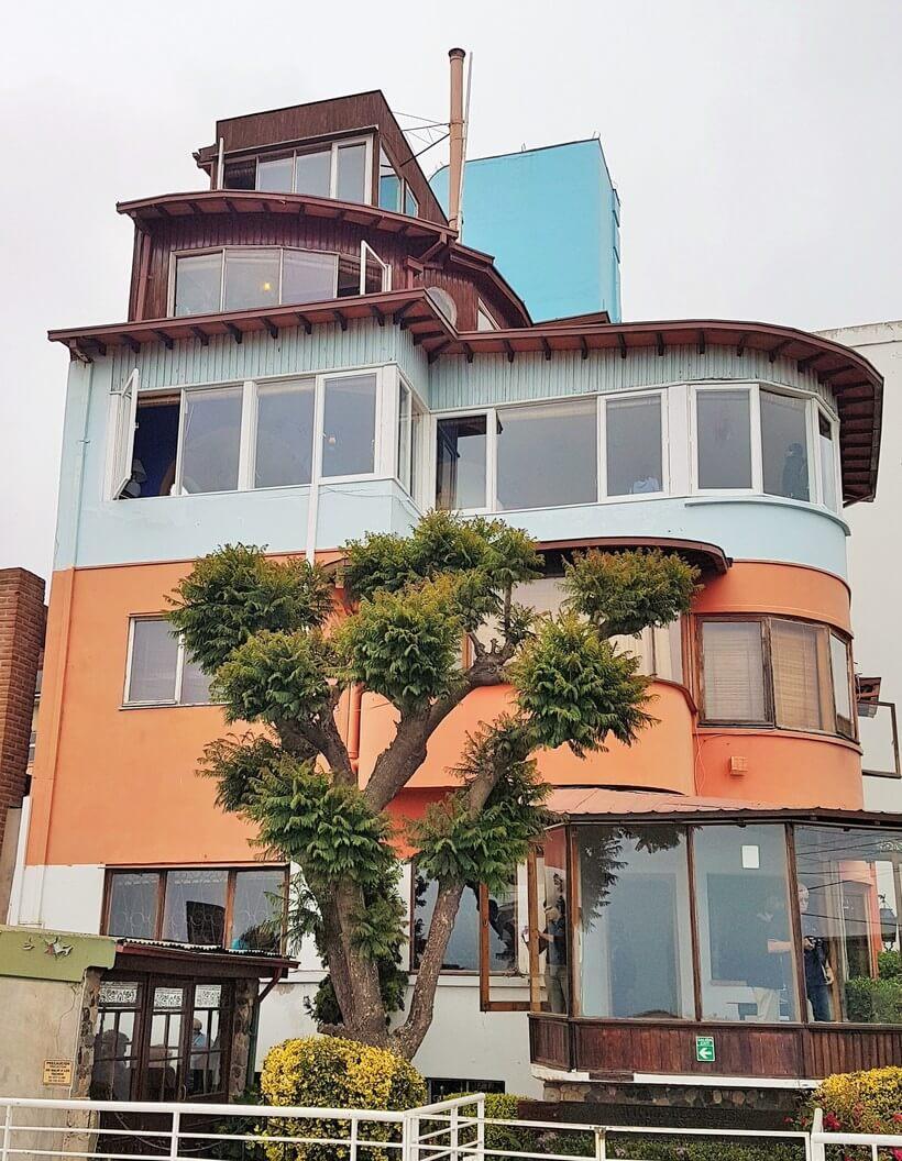 Casa La Sebastiana, em Valparaíso. Lembra ou não um barco? Os andares inferiores pertenciam a um casal de amigos e os três mais altos, a Neruda e Matilde. De lá de cima ele via o porto da cidade