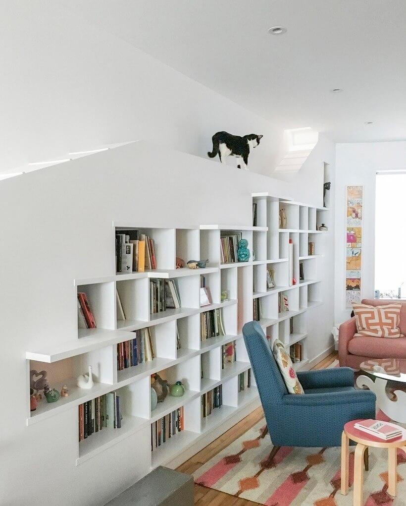 estante para livros com espaço para os gatos