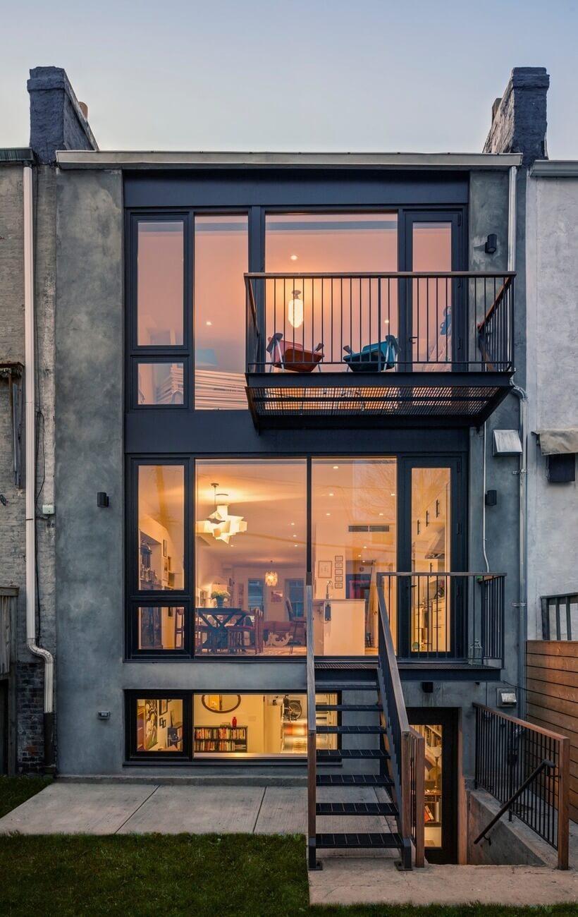 Um balcãozinho com estrutura metálica foi acrescido à fachada de trás, no último andar da casa. Lugar perfeito para estar em um belo fim de tarde.