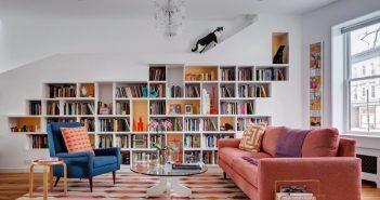 sala de apartamento com estante para livros