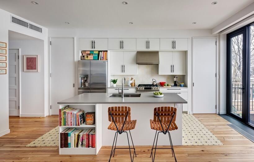 Na área da cozinha, o piso existente de pinho é recortado por um tapete de ladrilhos cerâmicos.