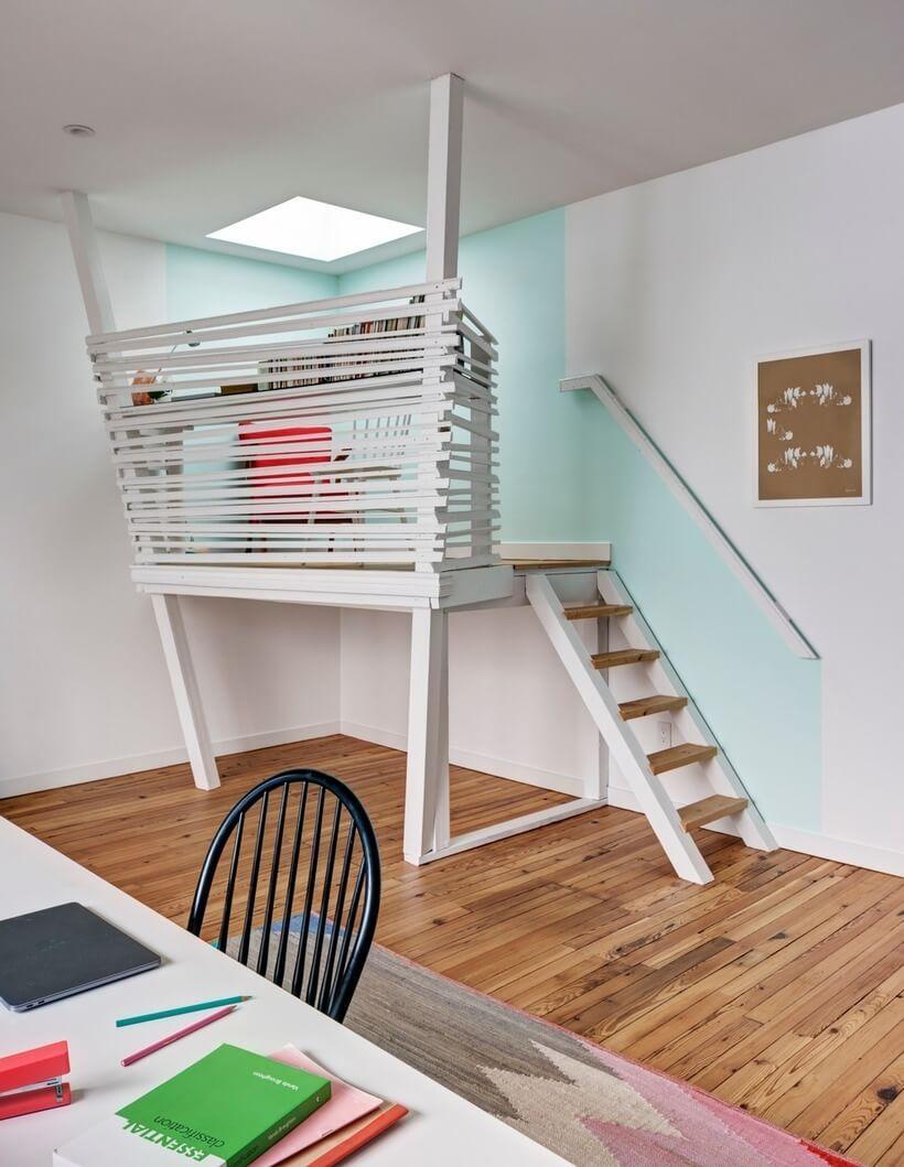 Em seu ateliê de pintura e poesia no último andar, a moradora quis ter uma plataforma elevada de onde pode admirar o céu através da janela de teto.