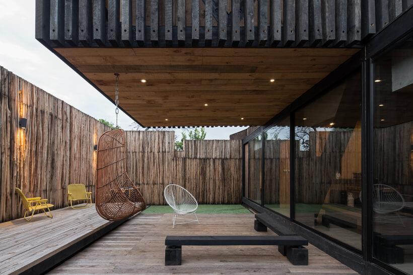 parte de fora do jardim da casa no chile construída em madeira