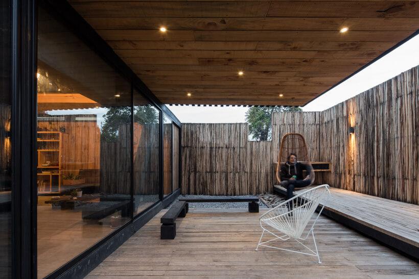parte externa da casa circulada por madeira