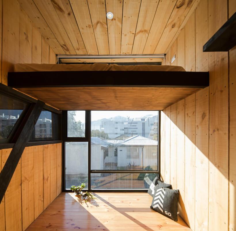 vista de dentro pra fora com parte da janela que pega sol